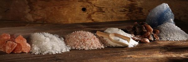Regal mit verschiedenen Salzen